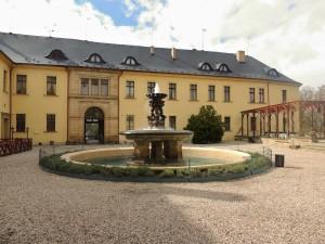 Křídlo zámku s hotelovými pokoji